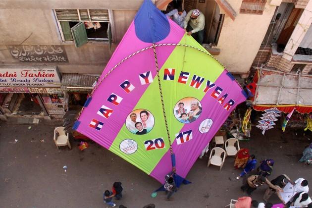 અમદાવાદમાં નવા વર્ષના સ્વાગત માટે મોટી પતંગને શહેરની વચ્ચો વચ્ચ લહેરાવાઇ હતી.(તસવીર-પીટીઆઇ)