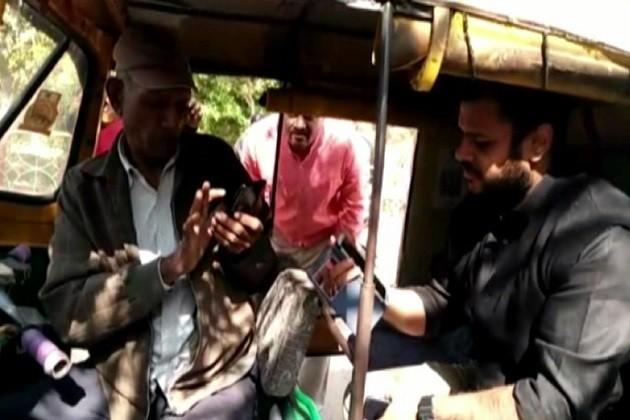 સુરેન્દ્રનગરઃકલેકટરે રિક્ષામાં કરી કેશલેસ મુસાફરી,આવી રીતે ચુંકવણી કરી