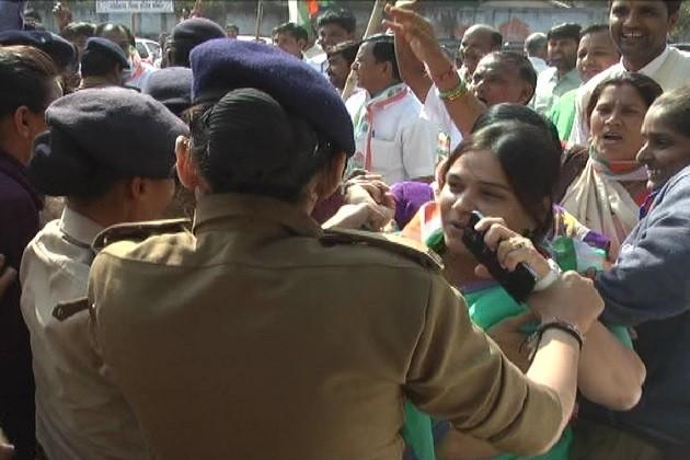 ગાંધીનગરઃનોટબંધીનો વિરોધ કરતા મહિલા ધારાસભ્યની અટકાયત
