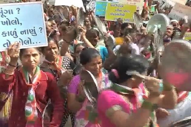તાપીઃકોંગ્રેસી મહિલાઓના થાળી-વેલણ વગાડી મોદી વિરુદ્ધ સુત્રોચ્ચાર