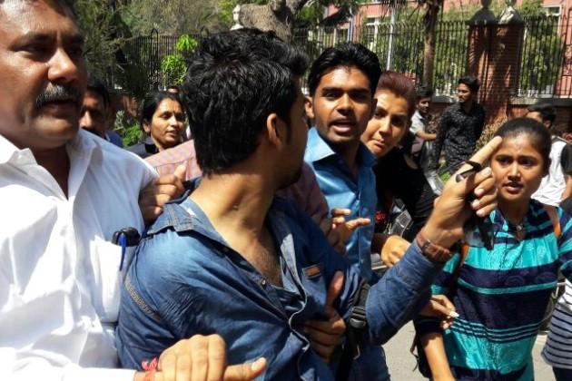 રામજસ કોલેજ વિવાદ: વડોદરામાં બીજા દિવસે પણ મારામારી, પોલીસ સાથે પણ ઘર્ષણ