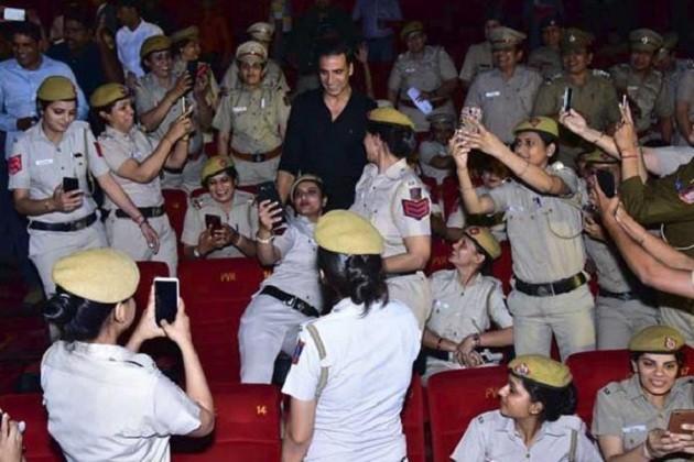 દિલ્હીના પીવીઆર થિયેટરમાં એ સમયે મજેદાર દ્રશ્યો સર્જાયા કે જ્યારે ખેલાડી અક્ષય કુમારને પોતાની વચ્ચે જોતાં મહિલા પોલીસ કર્મીઓ સેલ્ફી ખેંચાવવા માટે બેકાબૂ થઇ, અક્ષયકુમાર અહીં પોતાની નવી ફિલ્મ નામ શબાનાના પ્રમોશન માટે અભિનેત્રી તાપસી પન્નૂ સાથે આવ્યો હતો.