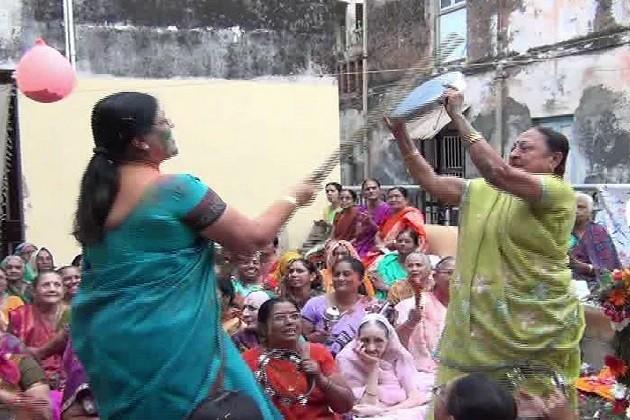 હોળી નો તહેવાર તો ભારતભર માં ઉજવવામાં આવે છે પરંતુ જે વૃંદાવન માં લટ્ઠ હોળી ઉજવામાં આવે છે તે મહિના પહેલા રાજપીપળા ની વૈષ્ણવસમાજ ની મહિલાઓ દ્વારા ધામ ધૂમ થી ઉજવામાં આવે છે.