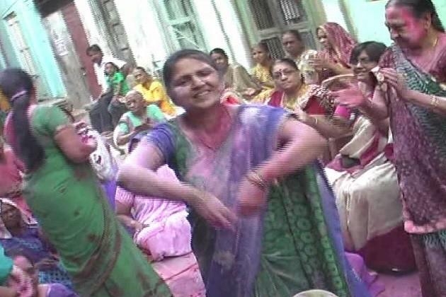 મહિલાઓ દરરોજ અલગ અલગ સ્થળે જઈ શ્રીજી ભગવાનની પૂજા કરી ગુલાલ અને કેસુડાના રંગથી હોળીની ઉજવણી કરી નાચગાન કરે છે અને મસ્તીમાં ઝૂમે છે અને હોળીના ગીતો પણ ગાય છે વૈષ્ણવ સમાજ ની મહિલાઓ બરસાનાની હોળીની જેમ લાથીને થાળી વડે લટ્ઠમાર હોળી ખેલે છે જેમાં એકમહિલા બીજી મહિલાના માથાપર લાકડી મારે છે ત્યારે બીજી મહિલા તેનો બચાવ કરે છે અને આ હોળી ને લટ્ઠમાર હોળી કહેવાય છે