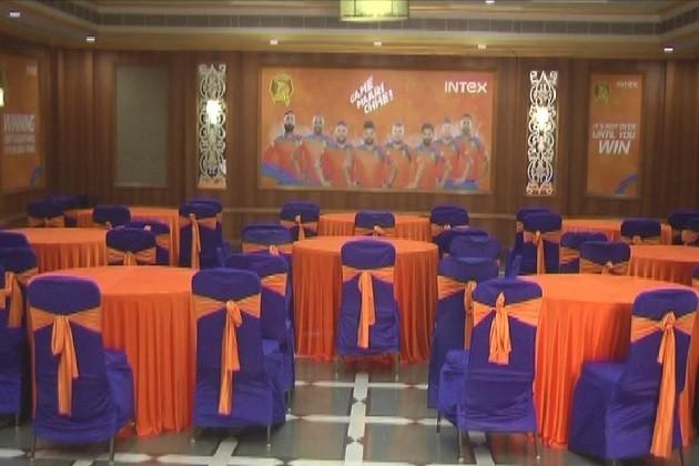 ગુજરાત લાયન્સ ટીમ ની શાહી સવારી રાજકોટમા પહોચી છે.સુરેશ રૈના સહિત ગુજરાત લાયન્સનો પડાવ રિજન્સી લગૂન મા છે.ગુજરાત લાયન્સના થીમ કલર ઓરેન્જ અને બ્લ્યૂ સજાવટ નો કોન્ફરન્સ રૂમ,4પ્રાઇવેટ અલ્ટ્રા લકજરીયસ વિલા તેયાર ,48 લકજરીયશ વિલા.