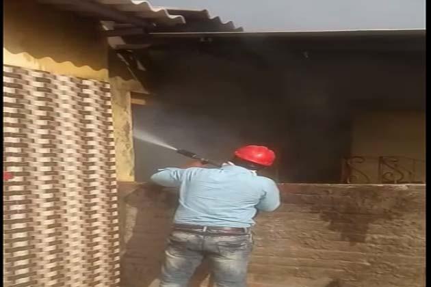 બે જુથ વચ્ચેની અથડામણ ઉગ્ર બનતાં આગ ચંપી કરાઇ હતી. જેમાં દસેક જેટલા મકાનો અને વાહનોને આગ ચાંપવામાં આવી હતી. આગને પગલે ફાયર ફાઇટરની ટીમો પણ આવી પહોંચી હતી.