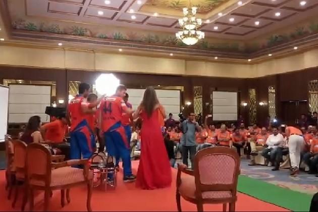 રાજકોટમાં ગુજરાત લાઈન્સની ટીમએ ગરબા રમી લીધો ટીટુડો