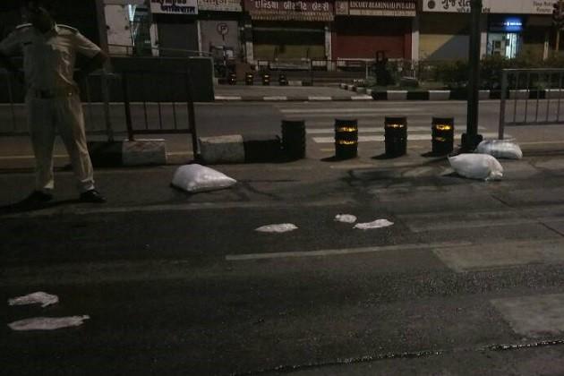 સુરતઃજાહેર રસ્તા પર દારૂની પોટલીઓની રેલમછેલ,લેવા પડાપડી