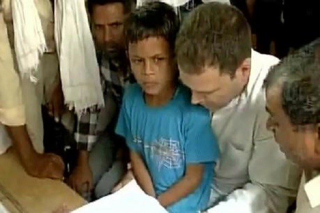 રાહુલ ગાંધી સહારનપુરથી સરસાવા પહોચ્યા,બોર્ડર પર જ પીડિત પરિવારને મળ્યા