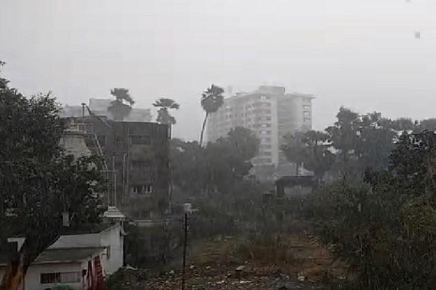 વાતાવરણમાં પલટો:દાહોદ,સુરતમાં ધોધમાર,ભરૂચમાં ઝરમર વરસાદ