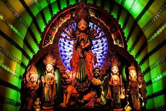 નવરાત્રિનાં પ્રારંભને લઇને ઘણી માન્યતાઓ છે એક માન્યતા એવી પણ છે કે, સૌથી પહેલા શારદીય નવરાત્રની શરૂઆત ભગવાન રામે સમુદ્રનાં કિનારે કરી હતી. સતત નવ દિવસનાં   પૂજન બાદ ભગવાન રામ રાવણ પર વિજય પ્રાપ્ત કરવા માટે જાય છે.